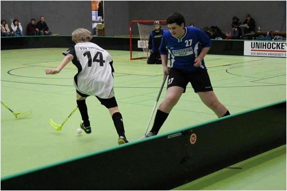 Jannik Strohmeier dribbelt den Gegenspieler aus